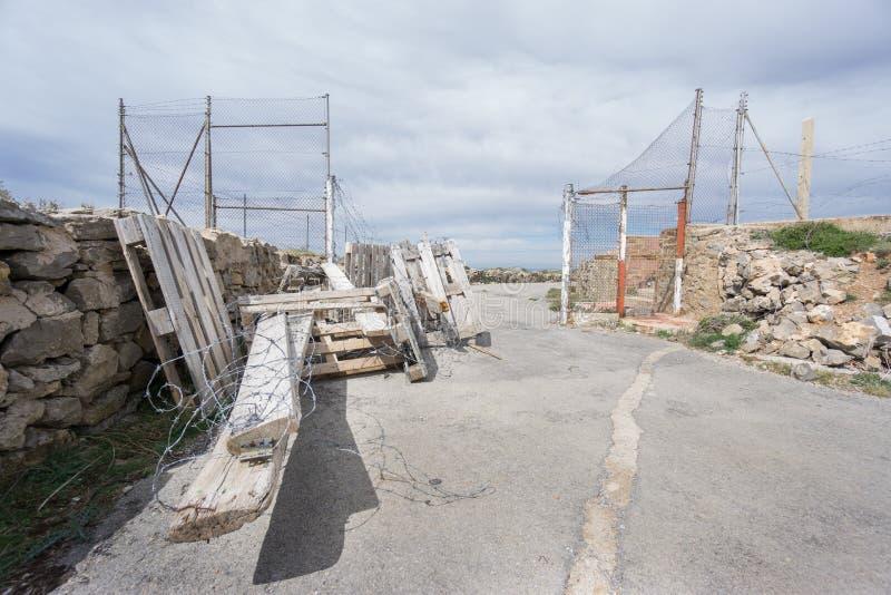 Широкий взгляд входа к покинутой воинской зоне стоковые фото