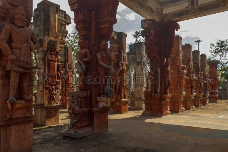 Широкий взгляд загубленных скульптур короля с шпагой, старое приветствие женщины, Ченнаи, Tamilnadu, Индия, 29-ое января 2017 стоковое фото