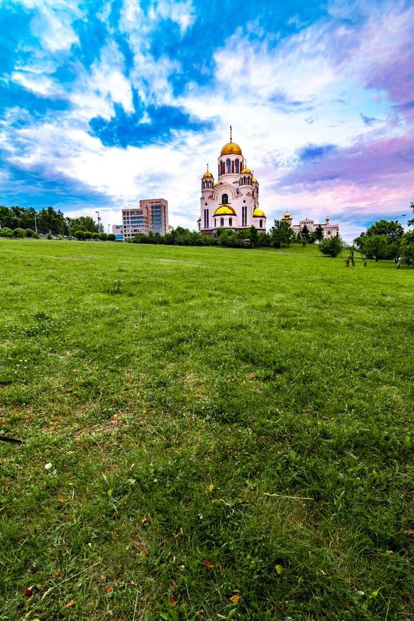 Широкий двинутый под углом взгляд виска церков на крови в Екатеринбурге, России стоковое изображение rf