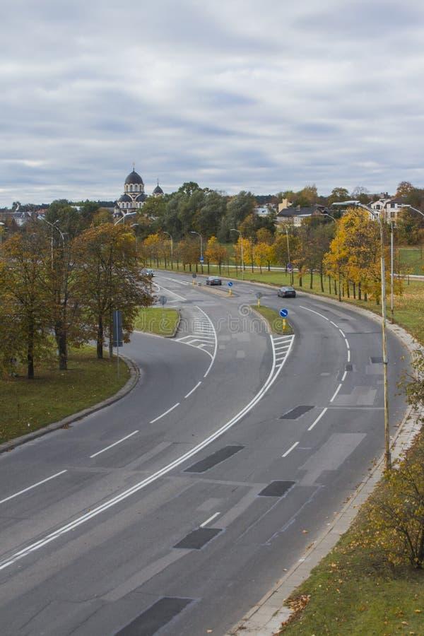 Широкое шоссе и наша дама церков знака на заднем плане в Вильнюсе Литва стоковая фотография rf