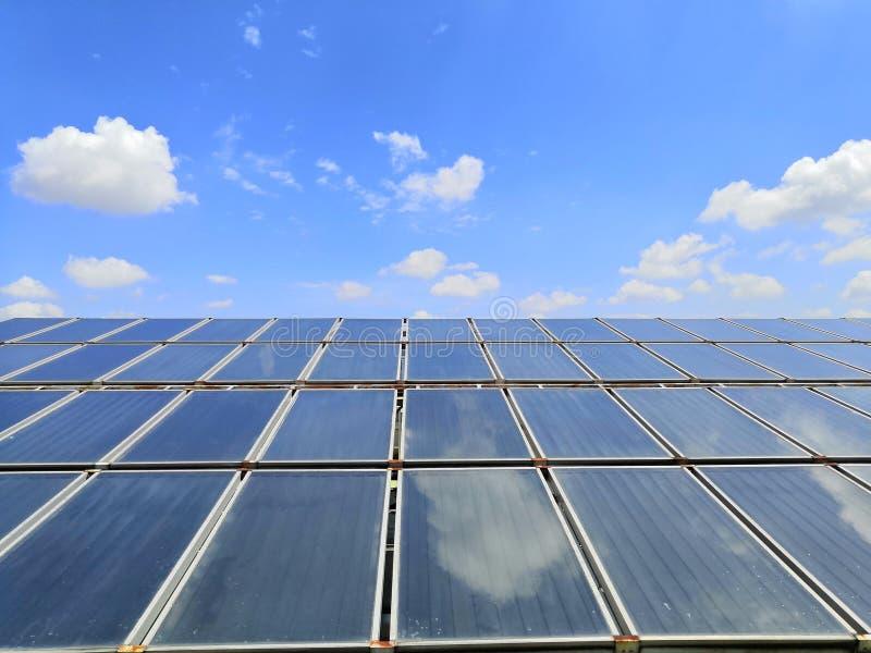 Широкомасштабный Солнечная система отопления воды на крыше больницы стоковые изображения rf
