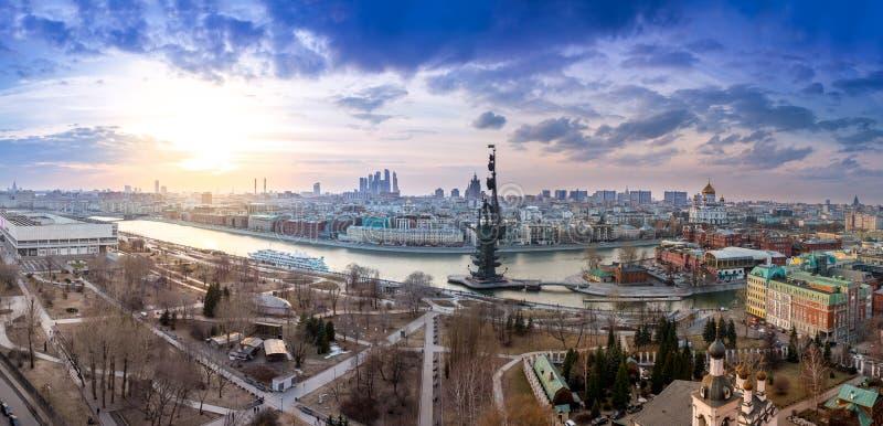 Широкоформатная воздушная панорама центра города Москвы, реки Москвы и памятника к Питеру i стоковые изображения rf