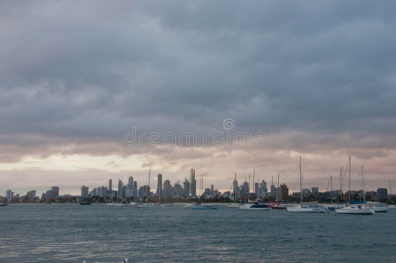 Широкоформатная выравниваясь сцена горизонта небоскребов с океаном и высокорослыми башнями офиса и жилого в Мельбурне Австралии стоковые фотографии rf