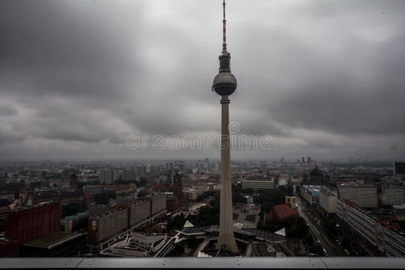 Широкоформатный взгляд горизонта Берлина с известной башней ТВ на Alexanderplatz стоковое изображение