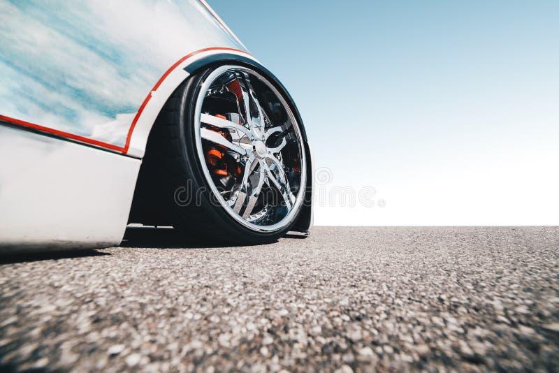 Широкоформатный взгляд современного изготовленного на заказ быстрого автомобиля с украшенным колесом - агрессивная концепция гонк стоковые фото