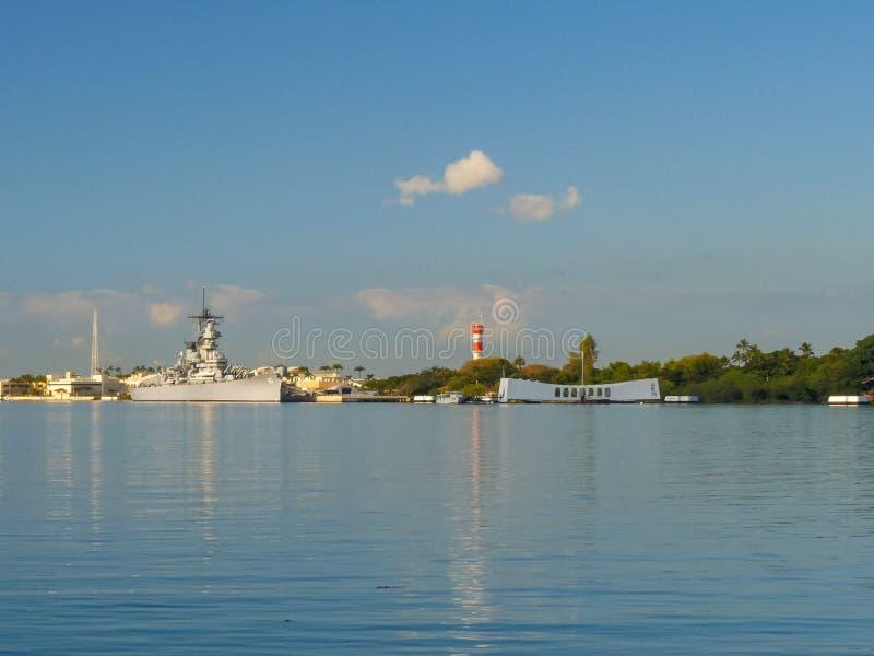 Широкоформатный взгляд USS Missouri и мемориала Аризоны на Перл-Харборе стоковое изображение