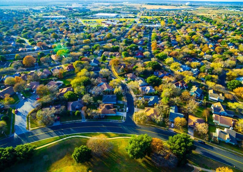 Широкоформатный взгляд над обширными пригородами круглого утеса Техаса стоковое изображение rf