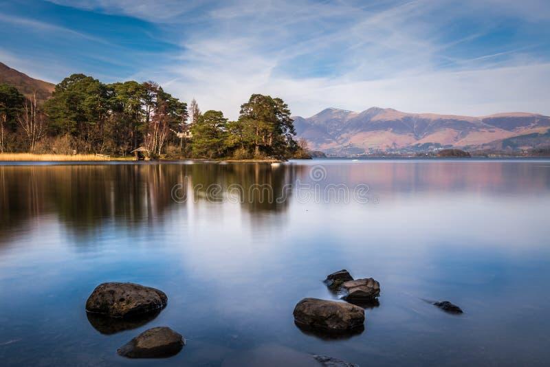 Широкоформатный взгляд на озере в районе озера, Великобритании Derwentwater стоковая фотография
