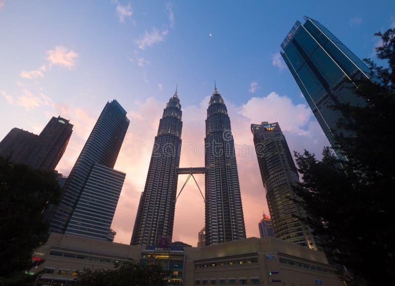 Широкоформатный всход захода солнца легендарных Башен Близнецы Petronas или Menara Berkembar Petronas в Куалае-Лумпур, Малайзии стоковые фотографии rf