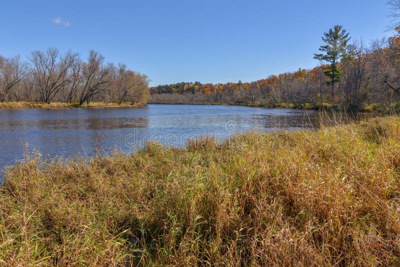 Широкоформатный ландшафт обширного реки St Croix отделяя Висконсин и Минесоту - солнечный день с красивыми голубыми небесами стоковое фото