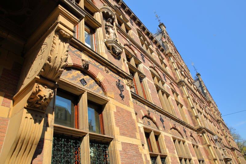 Широкоформатный на внешнем фасаде старого министерства правосудия построенного между 1876 и 1883, размещенный на квадрате Plein стоковое фото rf