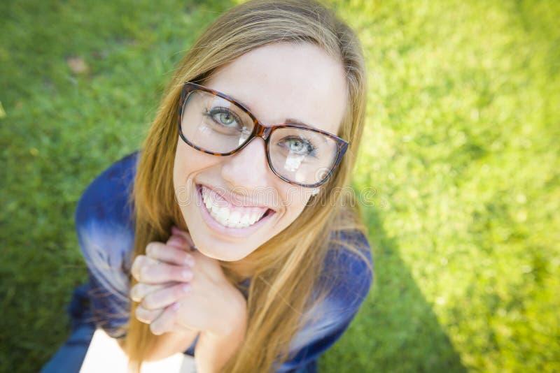 Широкоформатный Eyeglasses милого женского книгоеда нося стоковая фотография
