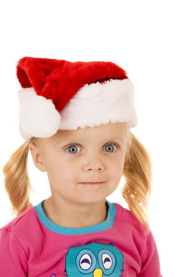 Широко наблюданное белокурое portriat девушки нося шляпу santa стоковые фотографии rf