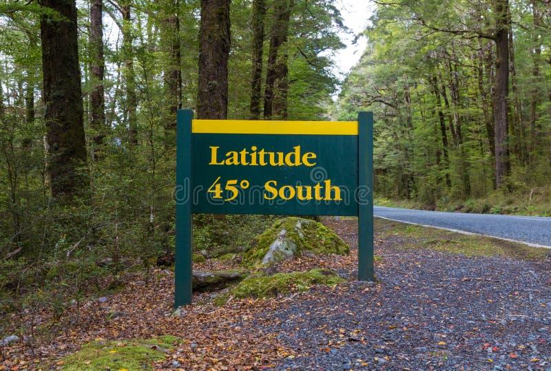 Широта дорожные знаки 45 градусов в шоссе Te Anau-Milford, национальном парке Fiordland, Новой Зеландии стоковые фотографии rf