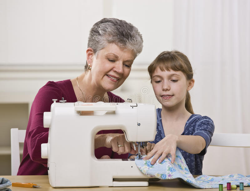 шить бабушки девушки стоковая фотография