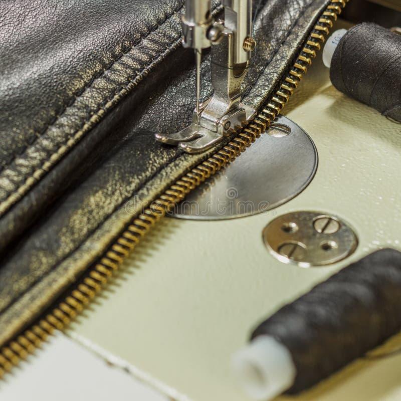 Шить кожаная куртка ремонтируя ножницы кожаной куртки, поток, швейную машину, конец-вверх стоковое фото rf