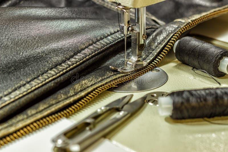 Шить кожаная куртка ремонтируя ножницы кожаной куртки, поток, швейную машину, конец-вверх стоковые фото
