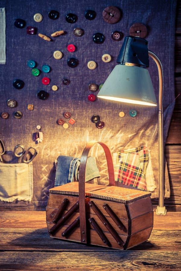 Шить ткань с ножницами, иглами и потоками в мастерской портноя иллюстрация штока