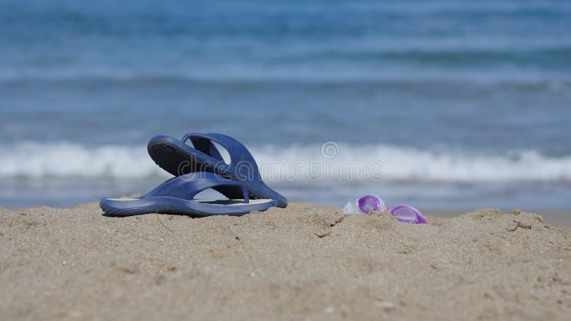 Шиферы лежат на песке на пляже стоковое изображение rf
