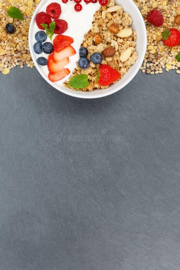 Шифер p шара хлопьев клубник югурта плодоовощей завтрака Muesli стоковое фото