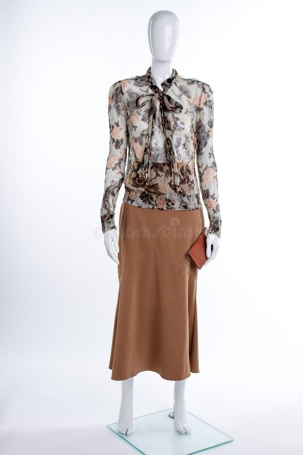Шифоновая сделанная по образцу блузка и коричневая юбка стоковые изображения