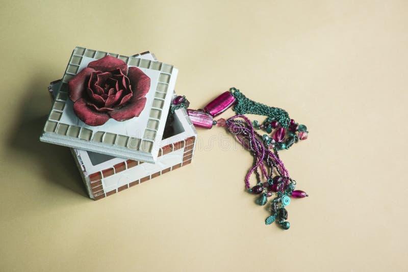 Шкатулка для драгоценностей искусства с цветком шарлаха на фиолетовой предпосылке стоковое изображение rf