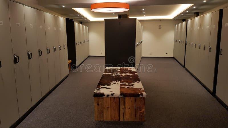 Шкафчики в современной комнате лыжи стоковое изображение rf