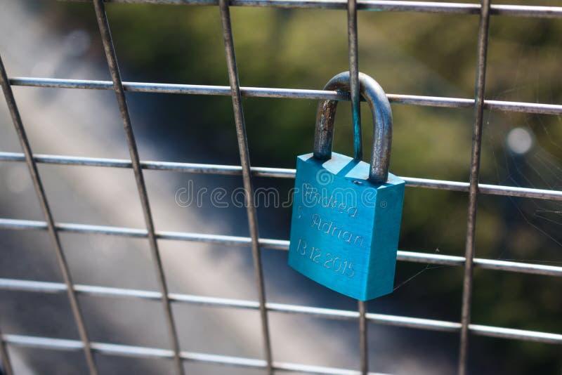 Шкафчики символизируя влюбленность навсегда на загородке стоковые изображения rf