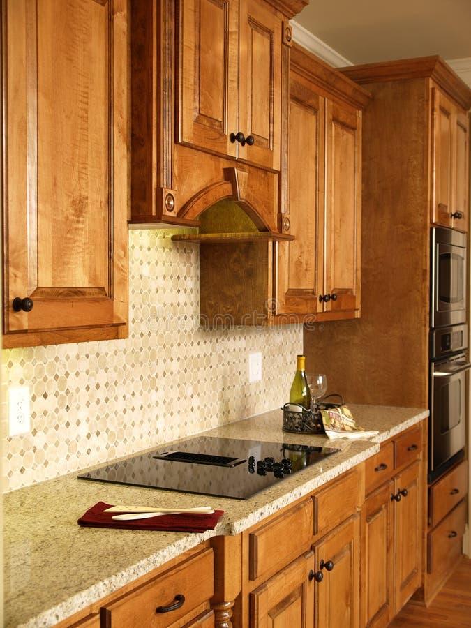 шкафы самонаводят модель роскоши кухни меда стоковое изображение rf