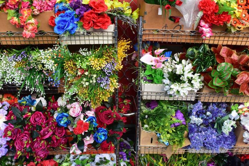 Шкафы с цветками для продажи стоковое фото rf