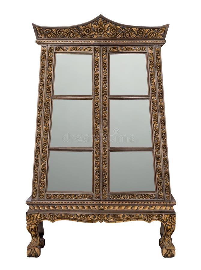 Шкаф антиквариата деревянный со стеклянными дверями изолированными на белизне стоковые изображения rf