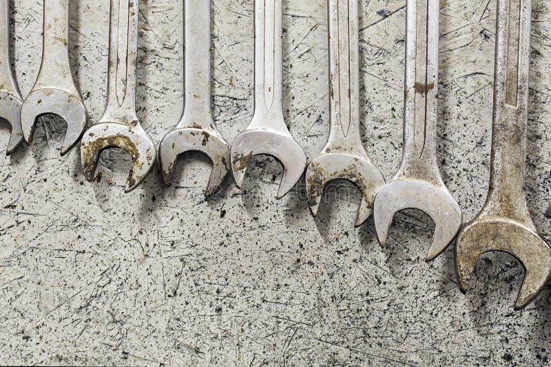Шкаф гаечных ключей вися на стене над верстаком стоковые изображения