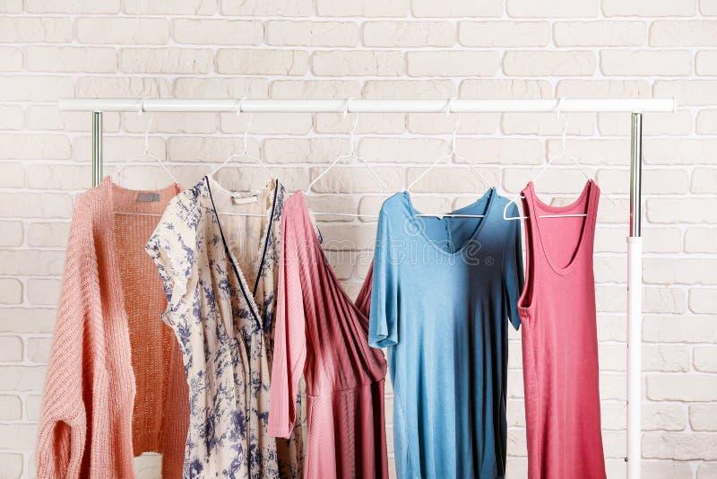Шкаф магазина бутика случайной одежды со множественными платьями стоковые фотографии rf