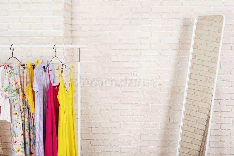 Шкаф магазина бутика случайной одежды со множественными платьями стоковые фото