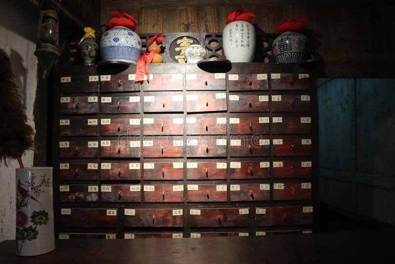 Шкаф медицины музея китайской медицины стоковые изображения