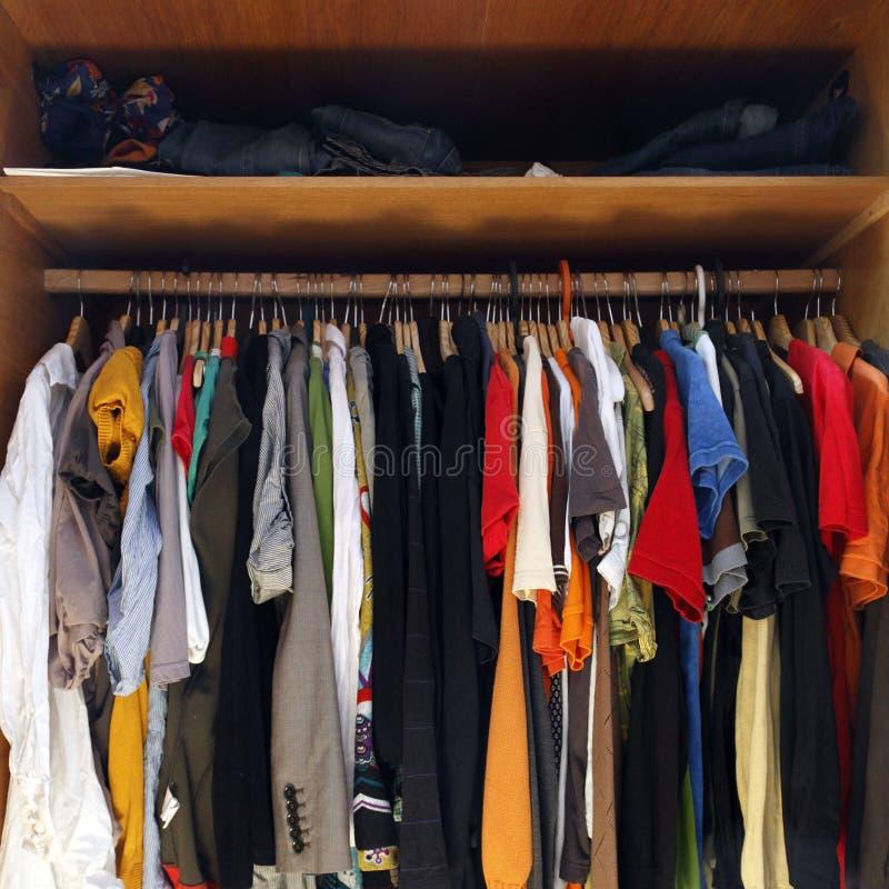 шкаф одежд полный стоковое фото rf