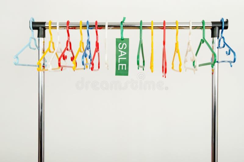 Download Шкаф одежд с пустыми вешалками и продажа подписывают Стоковое Фото - изображение насчитывающей крюк, зазор: 41662346