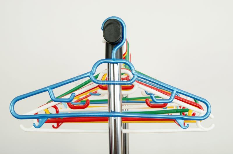 Download Шкаф одежд с пустыми вешалками Стоковое Фото - изображение насчитывающей нутряно, дом: 41662368