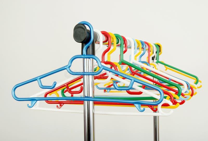 Download Шкаф одежд с пустыми вешалками Стоковое Фото - изображение насчитывающей одежда, closeup: 41662742