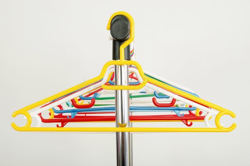 Download Шкаф одежд с пустыми вешалками Стоковое Фото - изображение насчитывающей дисплей, способ: 41662746