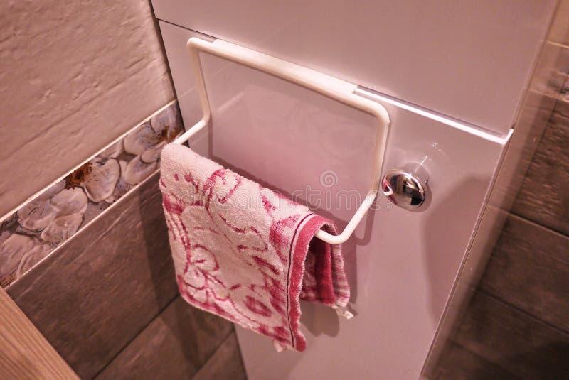 Шкаф полотенца к bathroom или кухне Небольшие вспомогательные внутренние bathroom или кухня, помогут в экономике Детали и closgin стоковые изображения