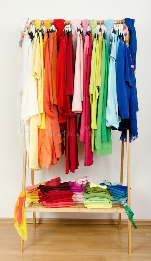 Шкаф при славно аранжированные одежды лета стоковое изображение rf