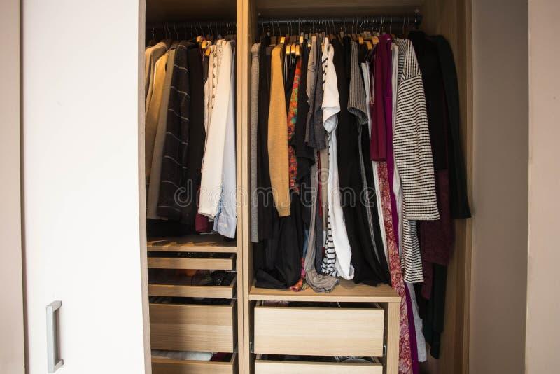 Шкаф с грязными одеждами, крупный план, дизайн моды стоковое изображение