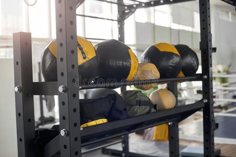 Шкаф с круглыми грушами на спортзале стоковое фото