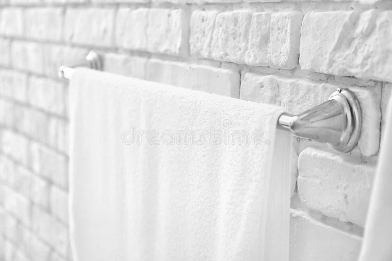 Шкаф с полотенцем на кирпичной стене стоковая фотография