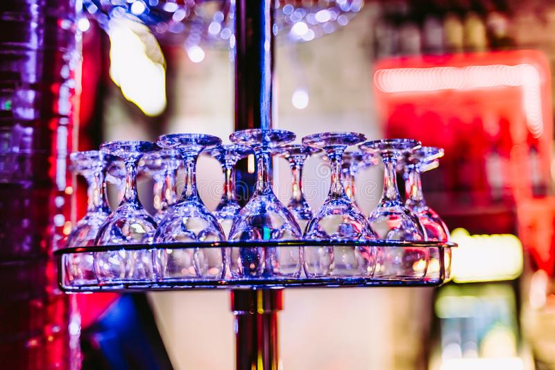 Шкаф с пустыми чистыми стеклами в баре ночи стоковое фото