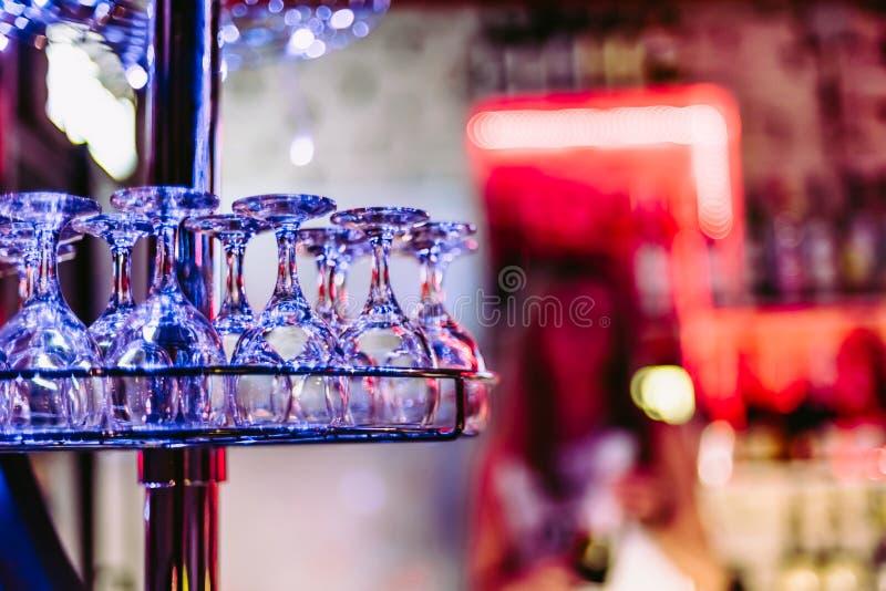 Шкаф с пустыми чистыми стеклами в баре ночи стоковые фото