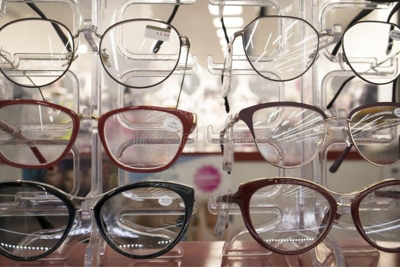 Шкаф с eyeglasses моды в оптическом магазине стоковая фотография rf