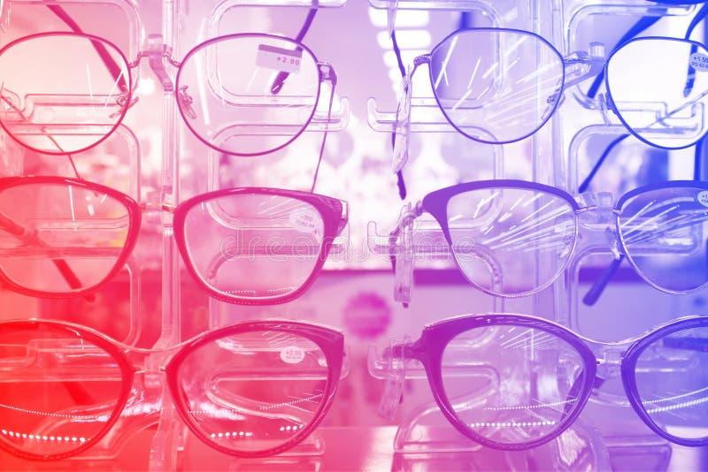 Шкаф с eyeglasses моды в оптическом магазине стоковые изображения rf