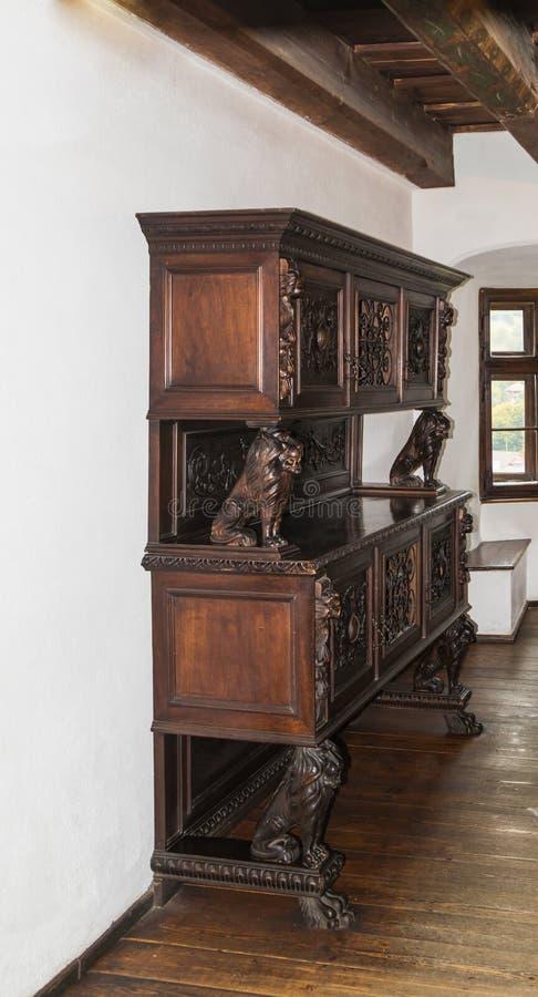 Шкаф украшенный с декоративными львами в комнате для гостей в замке отрубей Город отрубей в Румынии стоковые фотографии rf